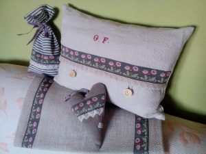 dekorative Kissen und Lavendelsäckchen im Landhausstil der Näherei Dahlenburg
