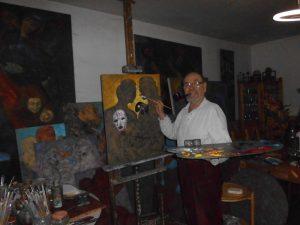 Künstler und Maler Harms Bellin im Atelier bei der Arbeit