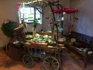 stilechte Ausstellung der kunstgewerblichen Keramiken von Christa Welte Joern aus Telschow im Landkreis Prignitz in Brandenburg