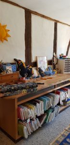Schneidetisch und Stoffe bei Wertstück Flicikli in der Prignitz Verkaufsraum und Zuschnitt